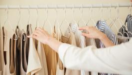"""שו""""ת: האם מותר לקיים יחסים עם בגדים?"""