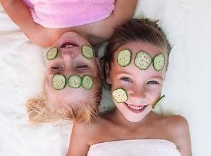 Flickor med Gurka Ansiktsbehandling