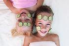 Visage avec concombre filles