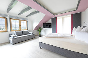 Schlafzimmer Panoramablick mit Boxspringbett, Flat Screen TV, Schlafsofa und eigenem Balkon