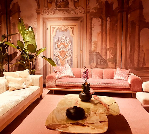 Interior pink couch Salone