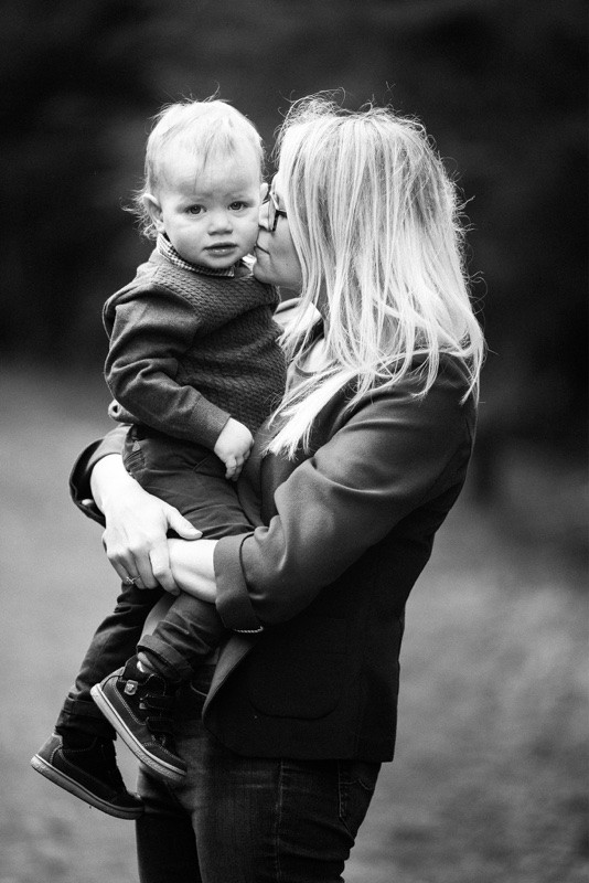 aberdeen-angus-family-photographer-denlethen-woods-near-laurencekirk-monochrome-mother-and-son