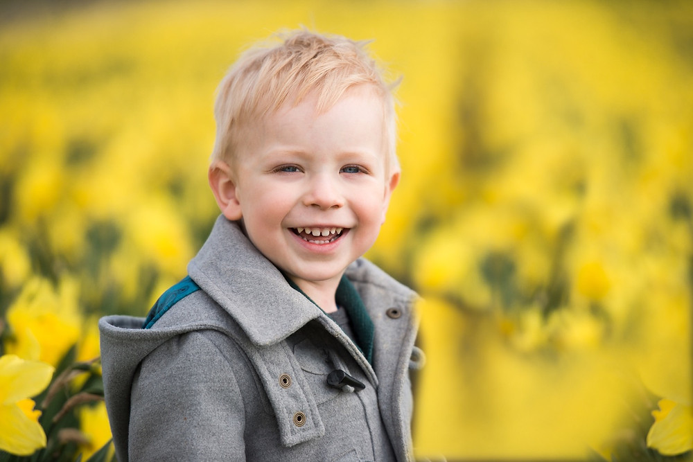 aberdeen-children-family-photography-boy-smiling-daffodils