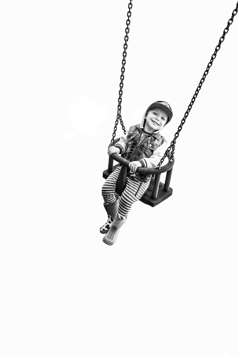 Best-aberdeen-family-children-photographer-montrose-arbroath-aberdeenshire-monochrome-black-and-white-boy-on-swing-at-laurencekirk-playpark