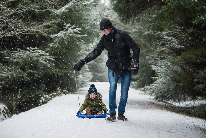 aberdeen-family-photographer-father-and-son-sledging-in-snow-denlethen-woods