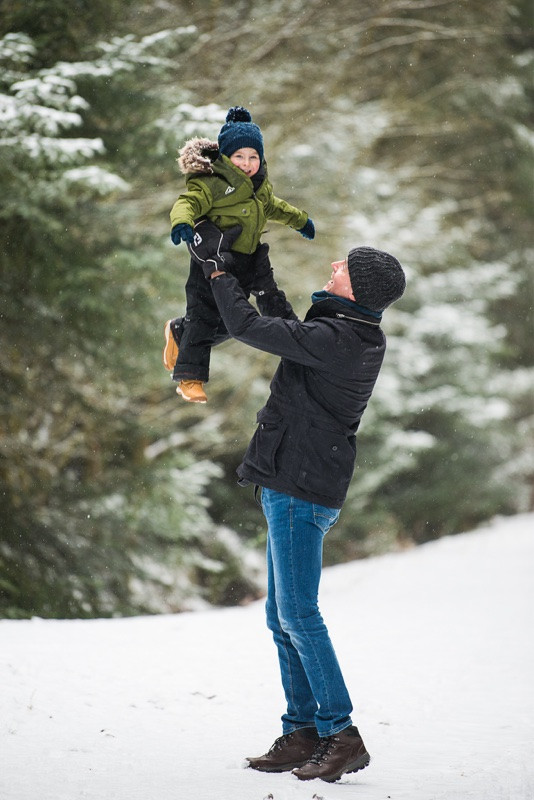 aberdeen-family-photographer-father-throwing-son-in-air-in-snow-denlethen-woods