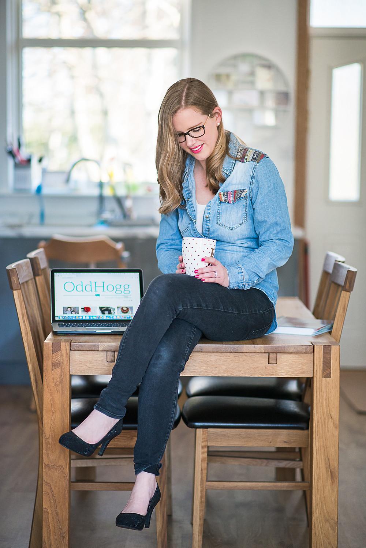 aberdeen-headshots-personal-branding-blogger-sitting-on-table
