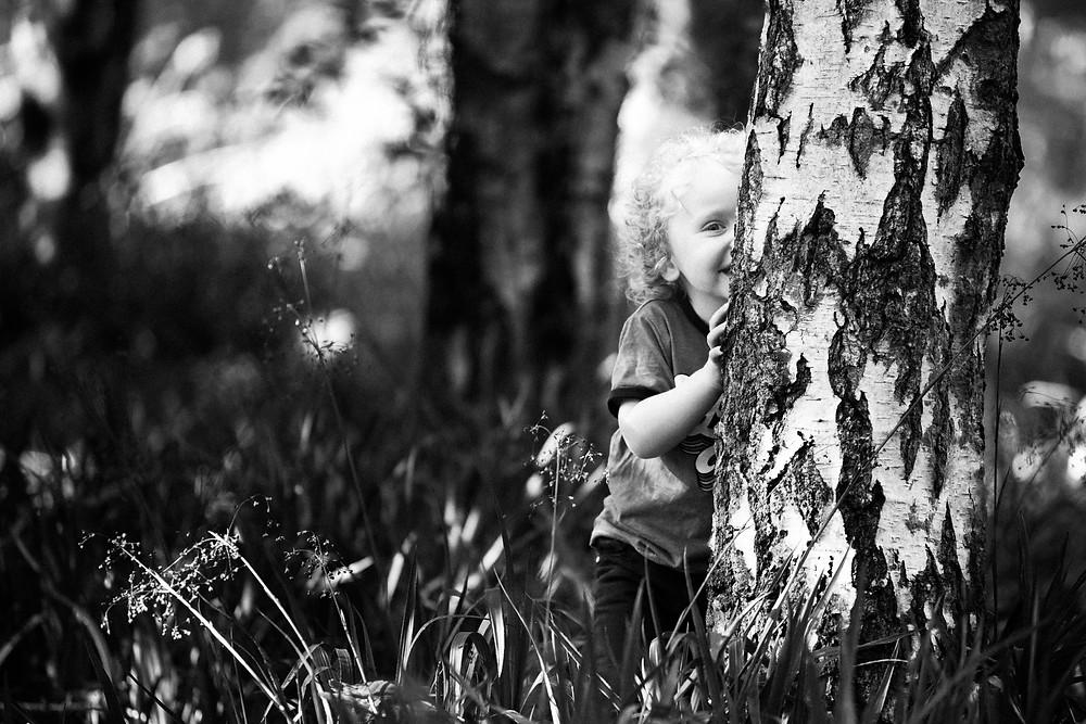 Best-aberdeen-family-children-photographer-montrose-arbroath-black-and-white-boy-hiding-behind-tree