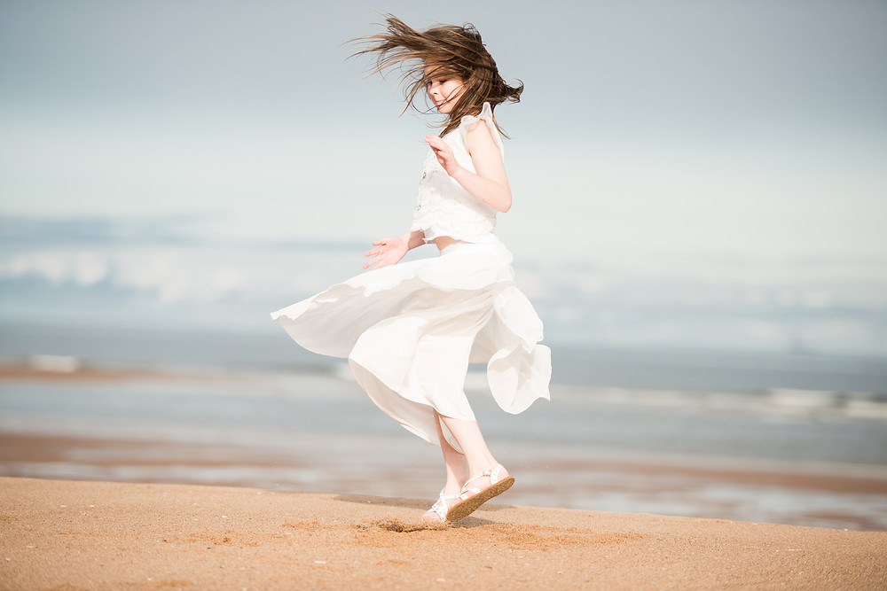 best-aberdeen-family-photographer-natural-light-lifestyle-girl-spinning-balmedie-beach