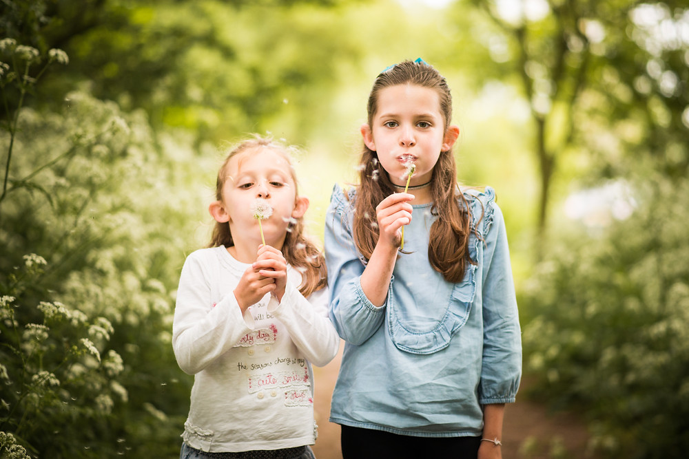 best-aberdeen-family-photographer-natural-light-lifestyle-children-sisters-girls-blowing-dandelions
