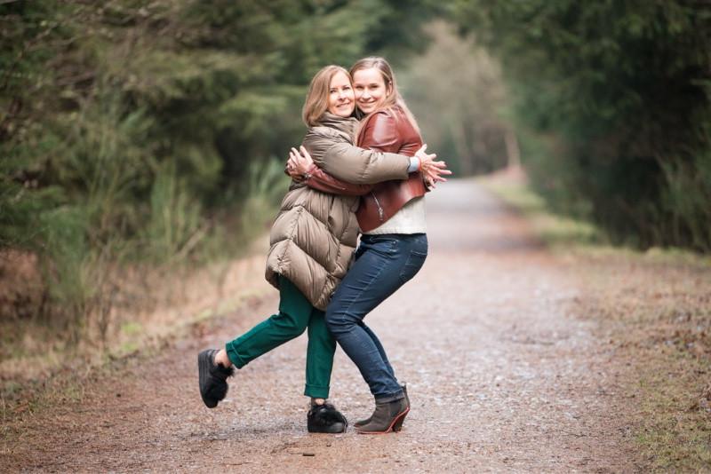 aberdeen-family-photographer-montrose-mother-and-daughter-hugging-denlethen-in-laurencekirk-woods