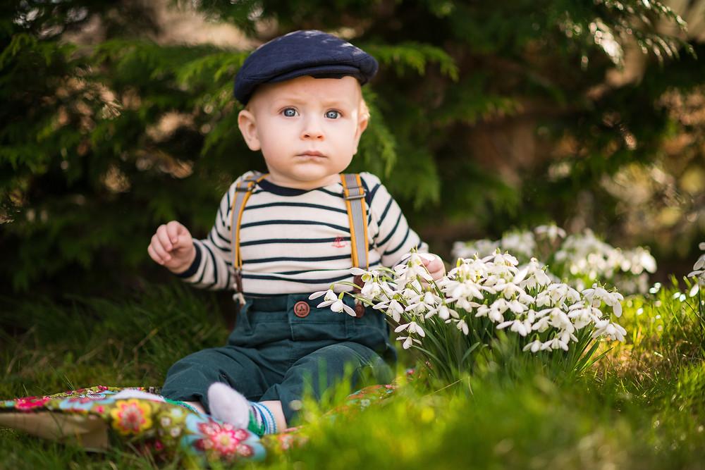 aberdeen-children-family-photography-boy-sitting-with-snowdrops