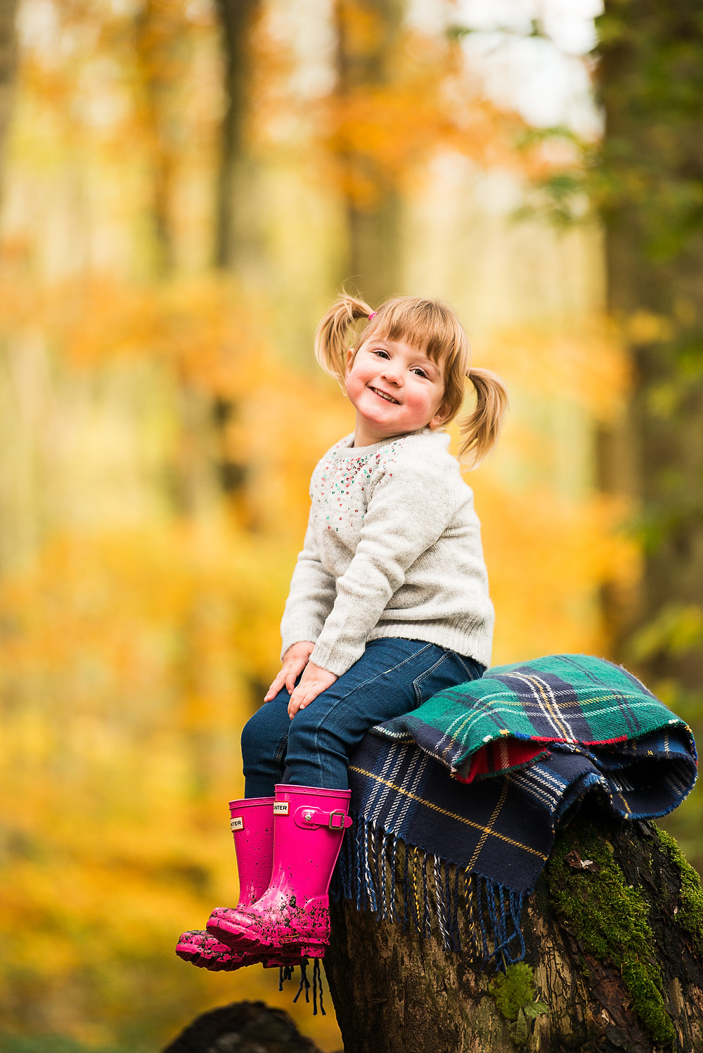 best-aberdeen-family-photographer-natural-light-lifestyle-outdoor-autumn-fall-smiling-girl