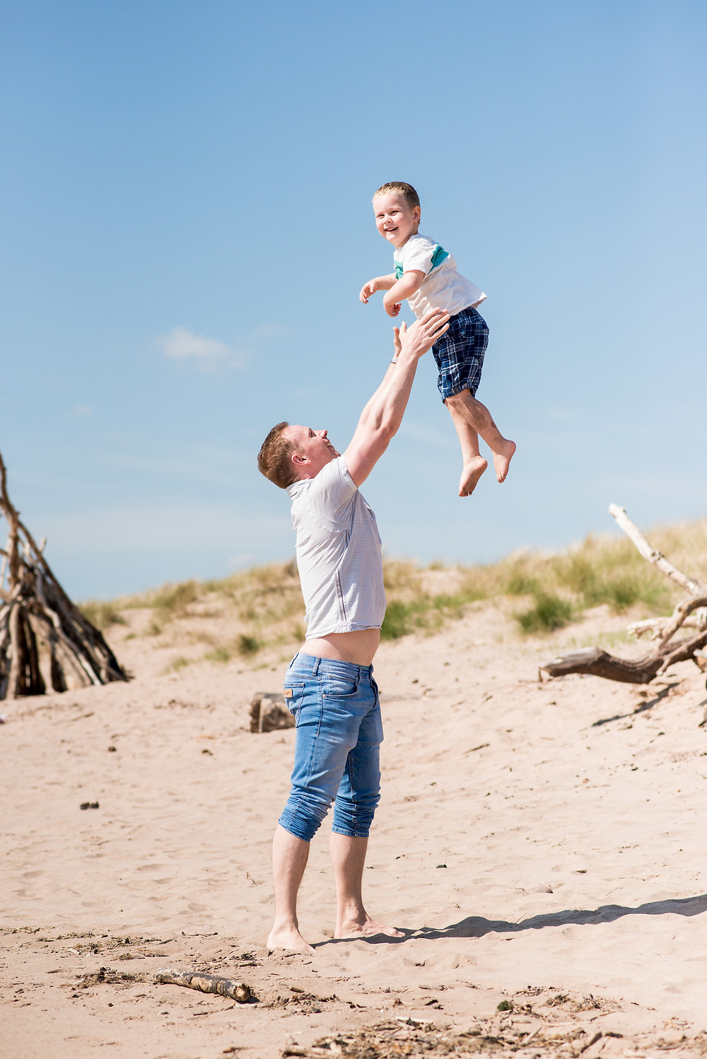 Best-aberdeen-family-children-photographer-montrose-arbroath-outdoor-st-cyrus-beach-dad-throwing-boy-in-air