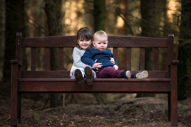 aberdeen-angus-family-photographer-denlethen-woods-near-laurencekirk-siblings-sitting-on-bench