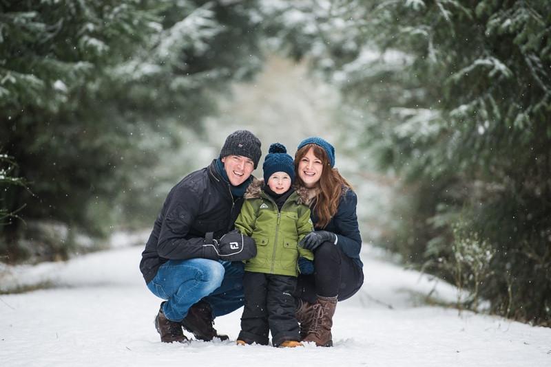 aberdeen-family-photographer-family-in-snow-denlethen-woods