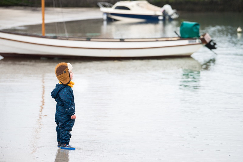 aberdeen-family-children-photographer-stonehaven-harbour-child-looking-at-beach