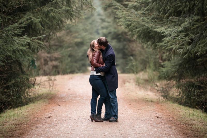 aberdeen-family-photographer-montrose-couple-kissing-denlethen-in-laurencekirk-woods