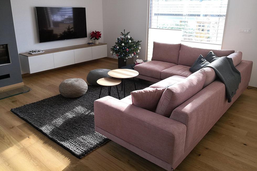 prenova jelovica hiše, interier, prenova, notranja oprema, dnevna soba, roza kavč, Žakelj, kavč, Ikea, Besta, interior design, designer, pinkish, pink, grey
