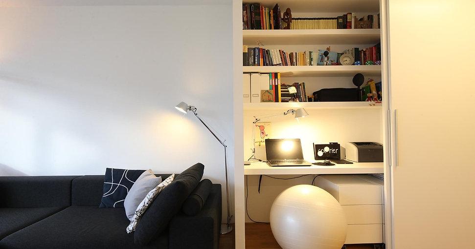 Prenova stanovanja, notranja oprema, interier, interior design, apartment, black and white, renovation, living room ideas, home office, work from home, dnevna soba, kavč, zofa, črna zofa, delovni kotiček