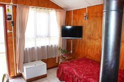 1 cama y tv.
