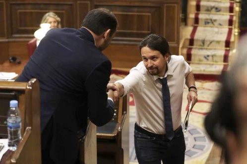Pablo Iglesias saluda a José Luis Ábalos
