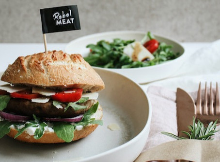 Mediterraner Burger mit Rucola und Parmesan