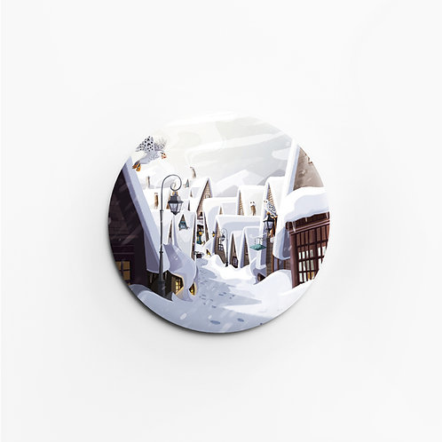 Badge mat soft touch, sensation peau de pêche, 45 mm, épingle, Harry Potter, Hogsmeade, designé par Emma Sanchez, Amay Sancha