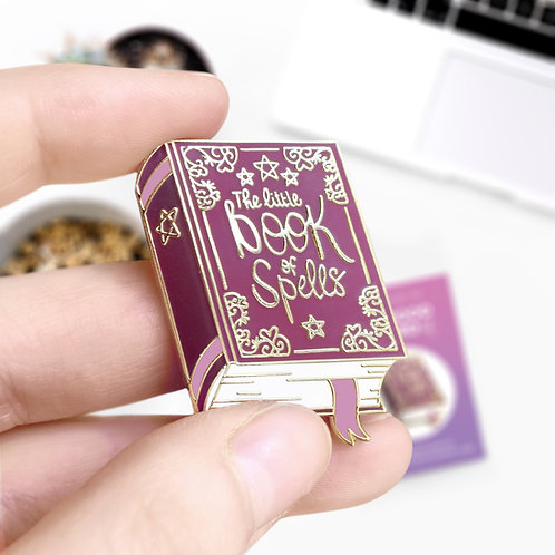 Pin's The Little Book of Spells, grimoire de magie, inspiré d'Harry Potter, lapel pin, designé par Emma Sanchez, Amay Sancha