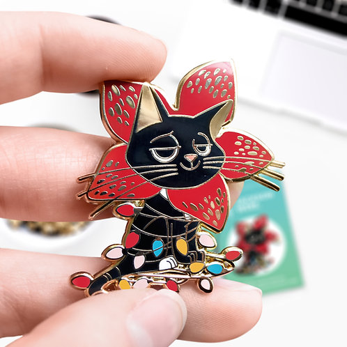 Pin's Jackson Democat, Stranger Things, The Upside Down, hard enamel pin doré, designé par Emma Sanchez, Amay Sancha Shop