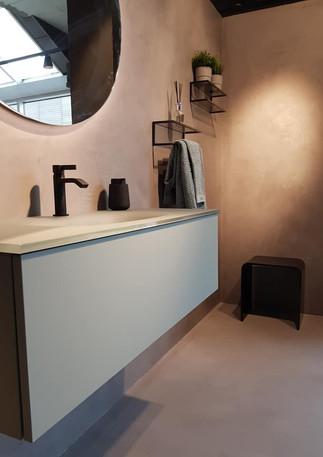"""Fra vår utstilling i Bergen. Møbelet i utstillingen er Dansani Urban You, i den nydelige fargen """"Fjordgrønn"""" og med servant i farget glass. Speil og hyller fra Dansani, og armatur fra Tapwell."""