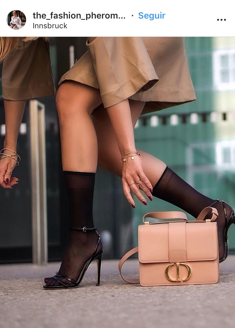 socks and heels streetstyle fashion moda medias sandalias tacones highheels shoes zapatos calzados shoelover fashionista magazine revista trend tendencias panama