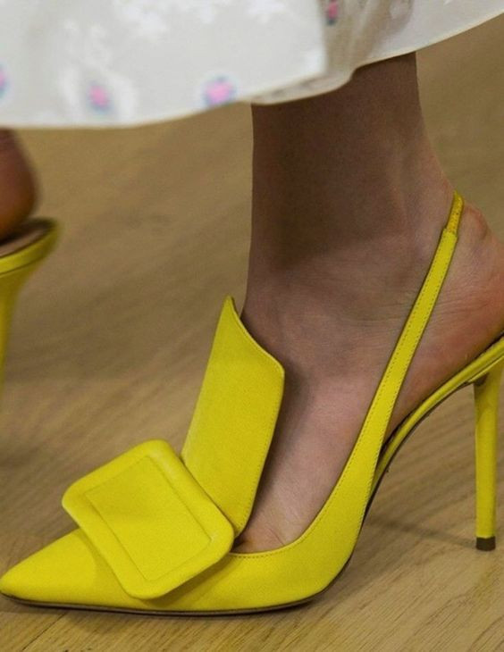 zapatos amarillos yellow shoe color mostaza amarillo mostaza moustard shoes sandals sandalias heels tacones stilettos moda fashion trend tendencias outfit dos y donts