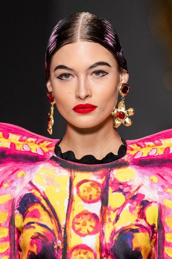 moschino, maquillaje, makeup, tendencia, trend, belleza, catwalk, cateye, delineado de ojos, delineador, eyeliner