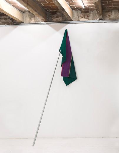 Banderas del Atraso, 2019 Algodón, tul, tubo de construcción 300 x 110 cm