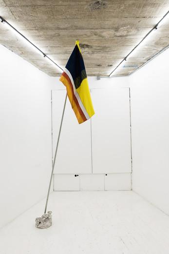 Banderas del Atraso, 2019 Algodón, tul, tubo de construcción, concreto  300 x 110 cm