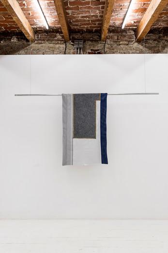 Banderas del Atraso, 2019 Algodón, franela, tul, manta, tubo de construcción 240  x 110 cm