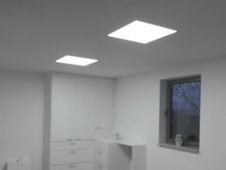 Mooie led panels ingebouwd in een spanplafond.