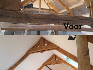 Spanplafond tussen dakspanten.
