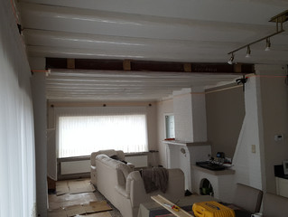 Een strak spanplafond creëert een hele andere sfeer in de woonkamer.