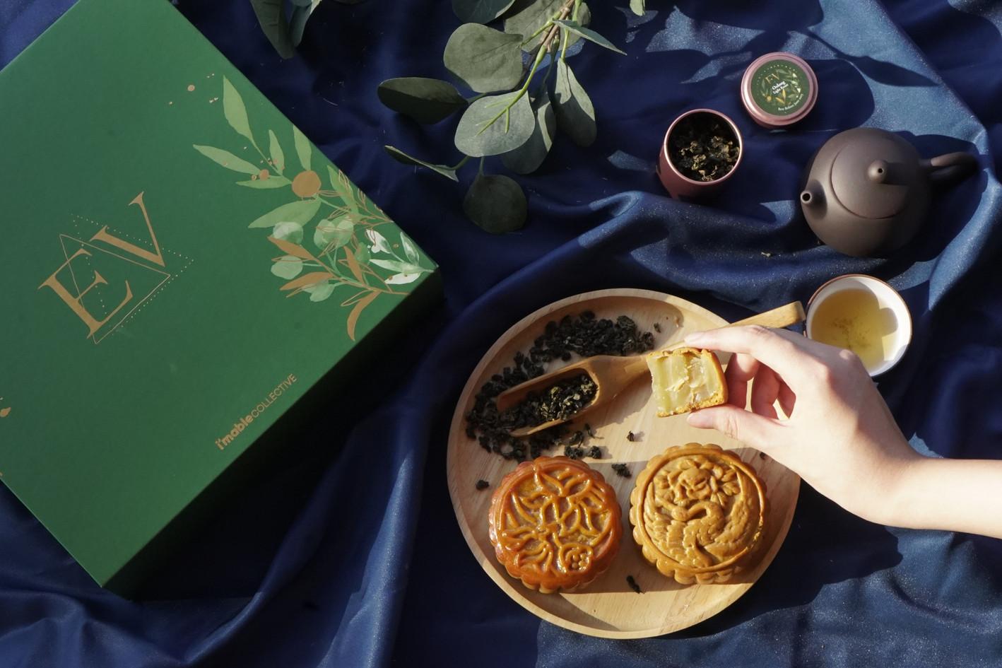The EV Mooncake Gift Set contains 2 mooncakes, 1 teapot set, and 2 mini-tins.