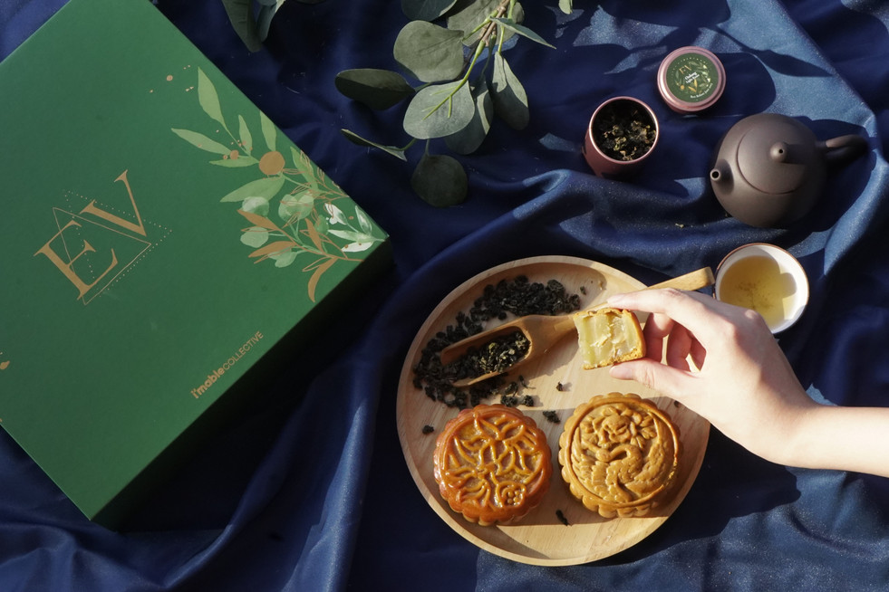 The EV Mooncake Gift Set contains 2 mooncakes, 1 teapot set, and 2 mini-tins.