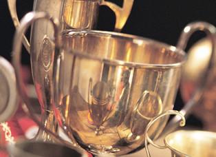 Quien martilla repetidamente una copa de plata, ¿debe pagarla?