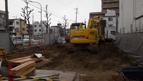 ☆☆現場たより☆☆黒門町(作) 杭工事に続き掘削工事に移りました、横矢板入れを施工中です。1月は5日から作業予定です。