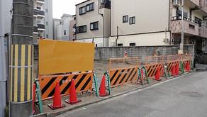 ☆☆現場便り☆☆東淀川区東中島の作業所は文化財調査の日程が決まりませんので、まずは道路面にバリケードの設置だけを実施しました。「早く、調査をお願いします。」