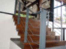 Kovové zábradlí, dřevěné schody, zábradlí na schodiště, schody do domu, ocelové schody, kovové schodiště