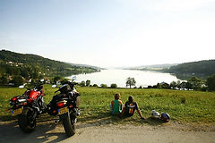 motards-devant-le-lac-Saint-Point.jpg