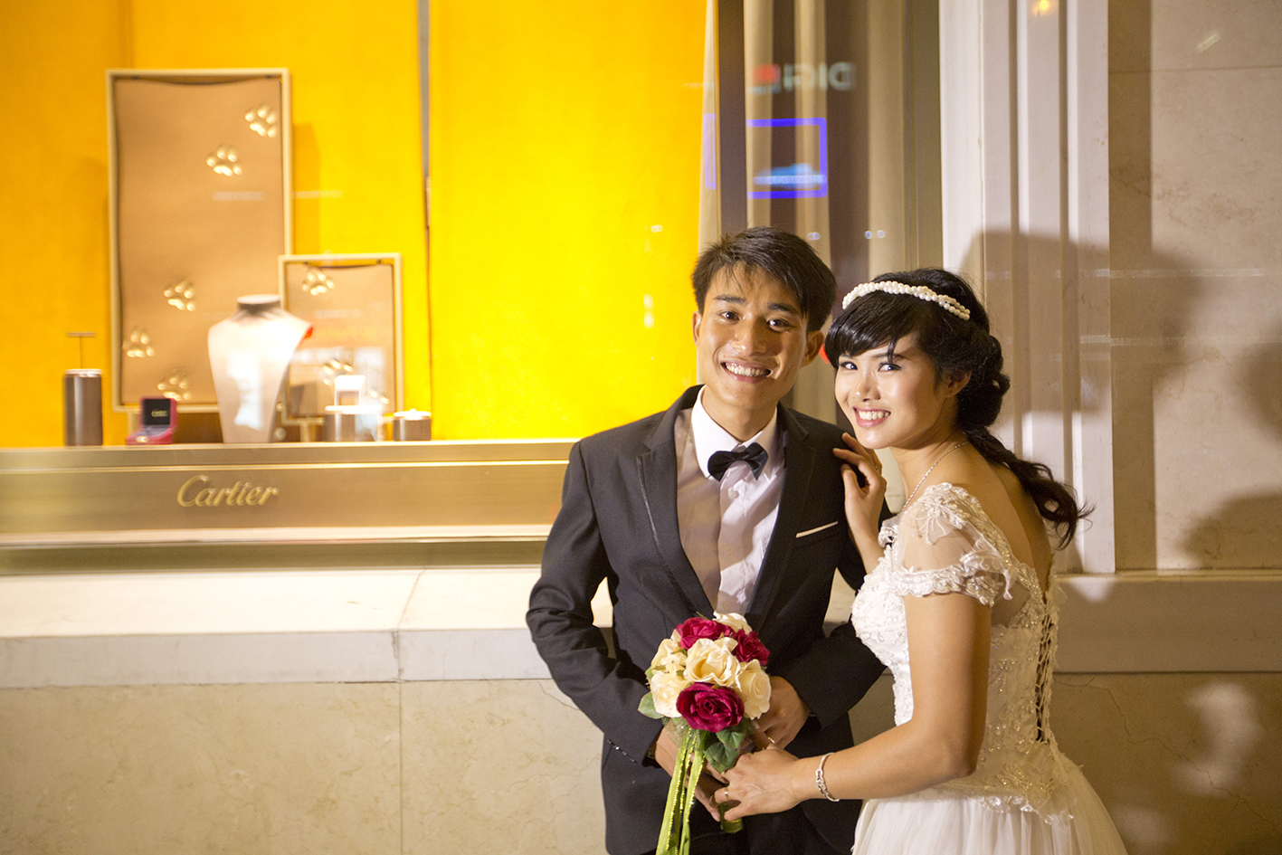 Photos de mariage devant Cartier Hanoi
