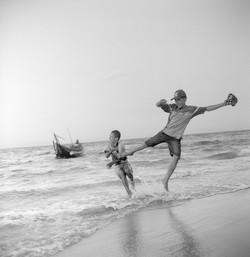 Enfants qui jouent sur la plage Hue