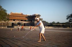 Joueur de golf devant la porte du Midi